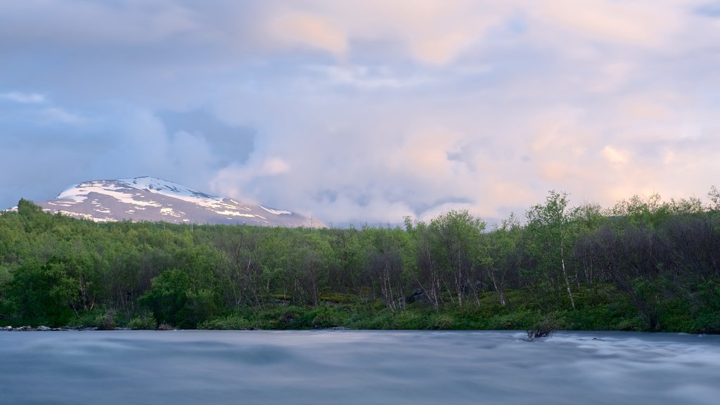 Parque Nacional de Abisko ofreciendo una puesta de sol, neblina o niebla y un río o arroyo