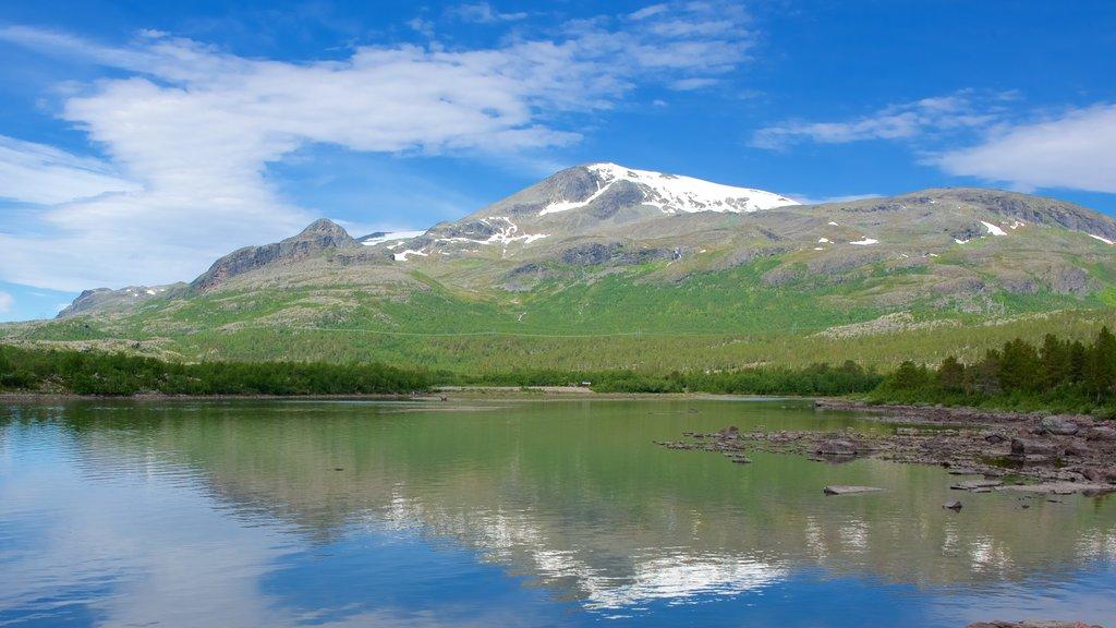 Parque Nacional de Stora Sjofallet que incluye un lago o abrevadero y montañas