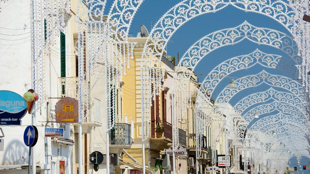 Polignano a Mare que incluye arquitectura moderna