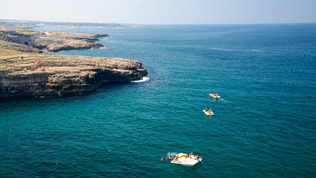 Polignano a Mare que incluye costa rocosa