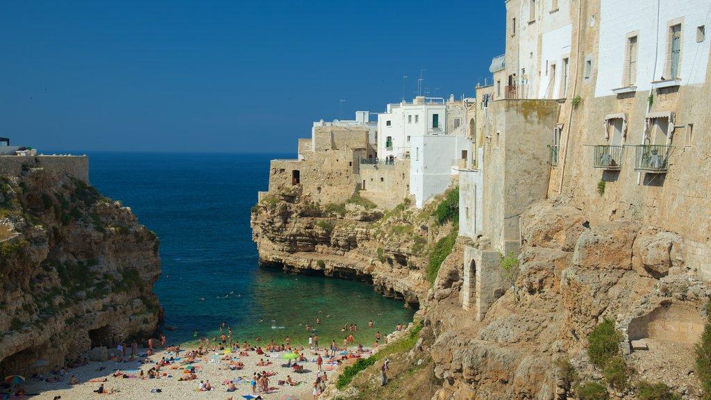 Polignano a Mare mostrando una playa de guijarros, una ciudad costera y costa rocosa