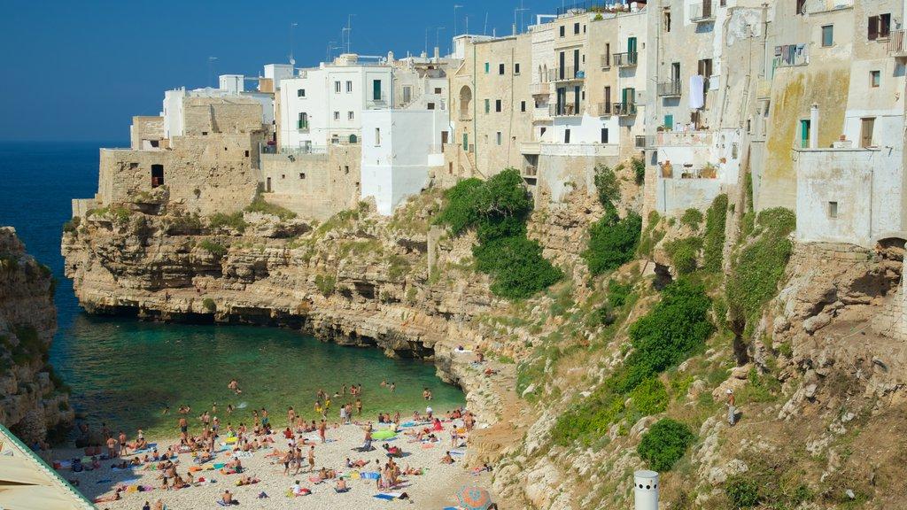 Polignano a Mare mostrando costa escarpada, una ciudad costera y una playa de guijarros