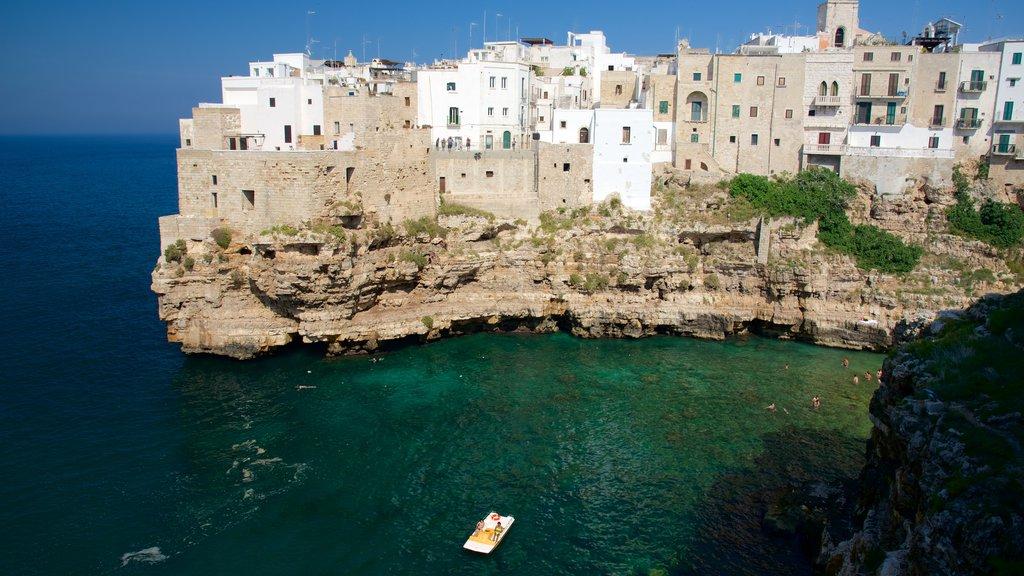 Polignano a Mare mostrando una ciudad costera y costa escarpada