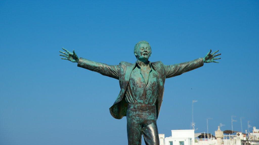Polignano a Mare ofreciendo una estatua o escultura