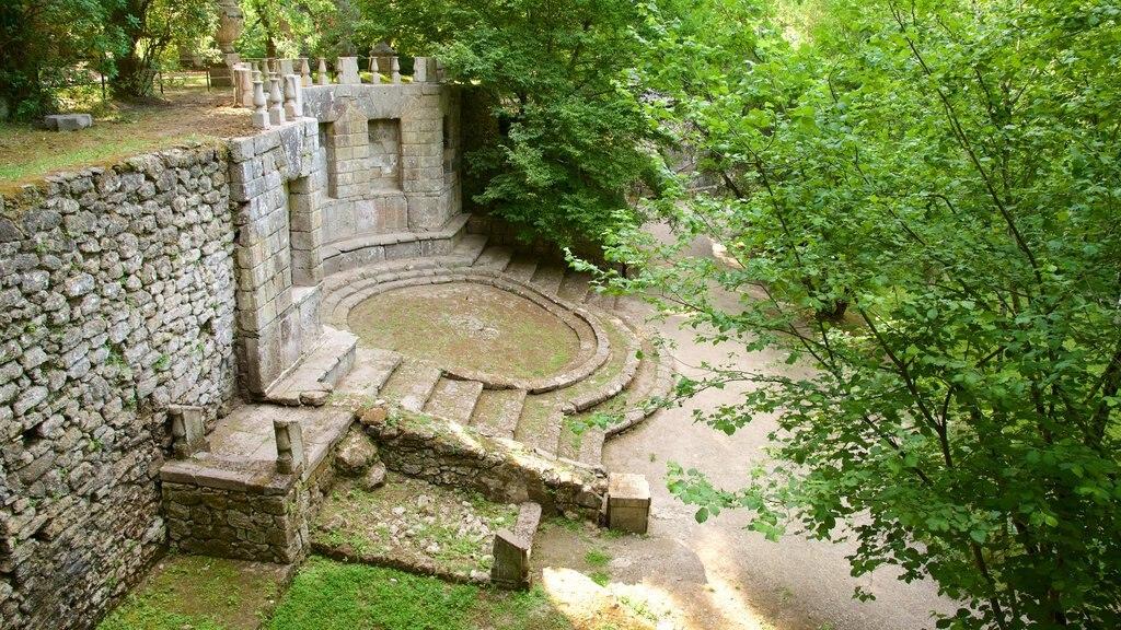 Parco dei Mostri que incluye ruinas de edificios