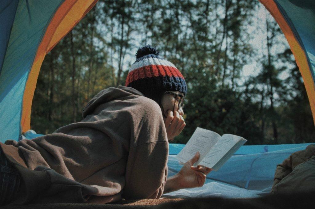 Lesen im Zelt