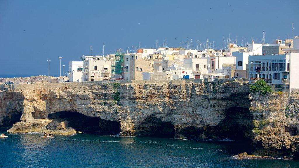 Polignano a Mare que incluye costa rocosa y una ciudad costera