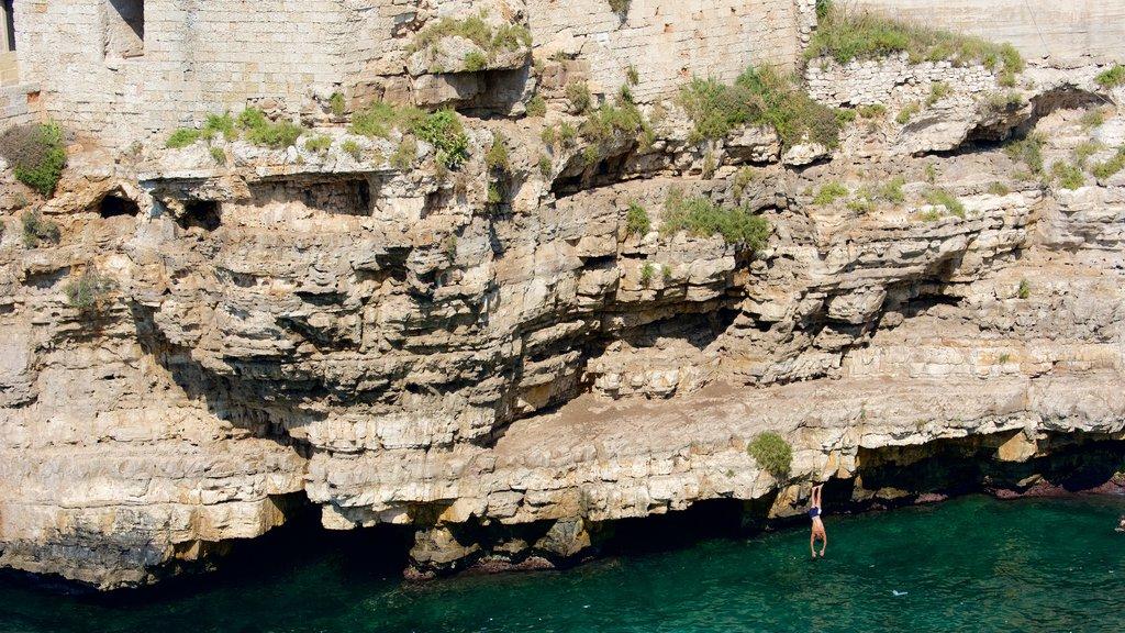 Polignano a Mare mostrando costa rocosa