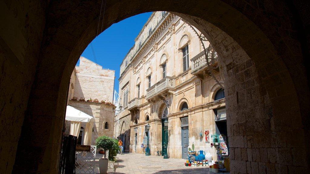 Polignano a Mare ofreciendo patrimonio de arquitectura