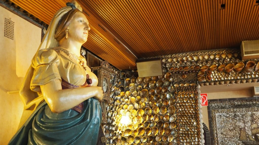"Galionsfigur im Restaurant ""Kolles alter Muschelsaal"" in Büsum"