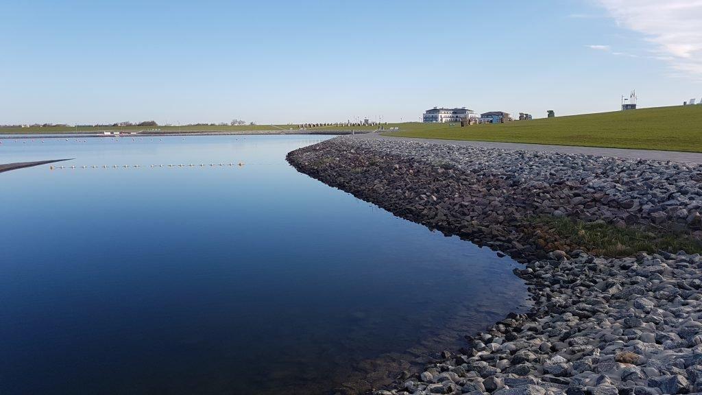 Meerwasserbecken und Blick zum Hotel Küstenperle in Büsum