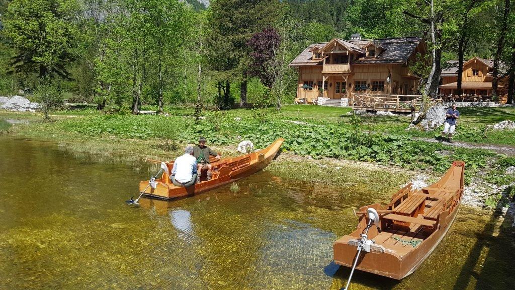 Kleine Plätten am Altausseer See bei der Seewiese warten auf Gäste.