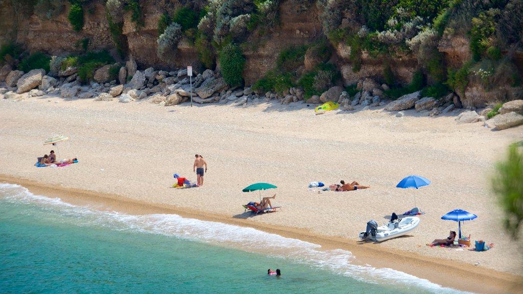Península Gargano mostrando una playa de arena y vistas generales de la costa