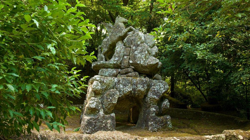 Parco dei Mostri que incluye un jardín y una estatua o escultura