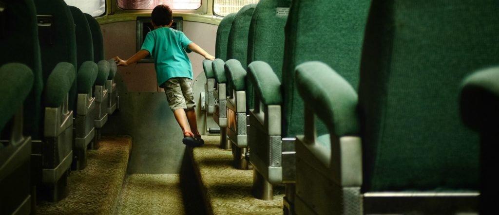 Kind in der Bahn