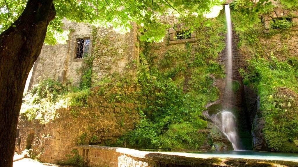 Palazzo Chigi-Albani ofreciendo una cascada