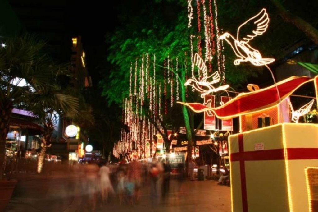 Die Orchard Road in Singapur verwandelt sich jedes Jahr zu Weihnachten in ein farbenprächtiges Lichtermeer.