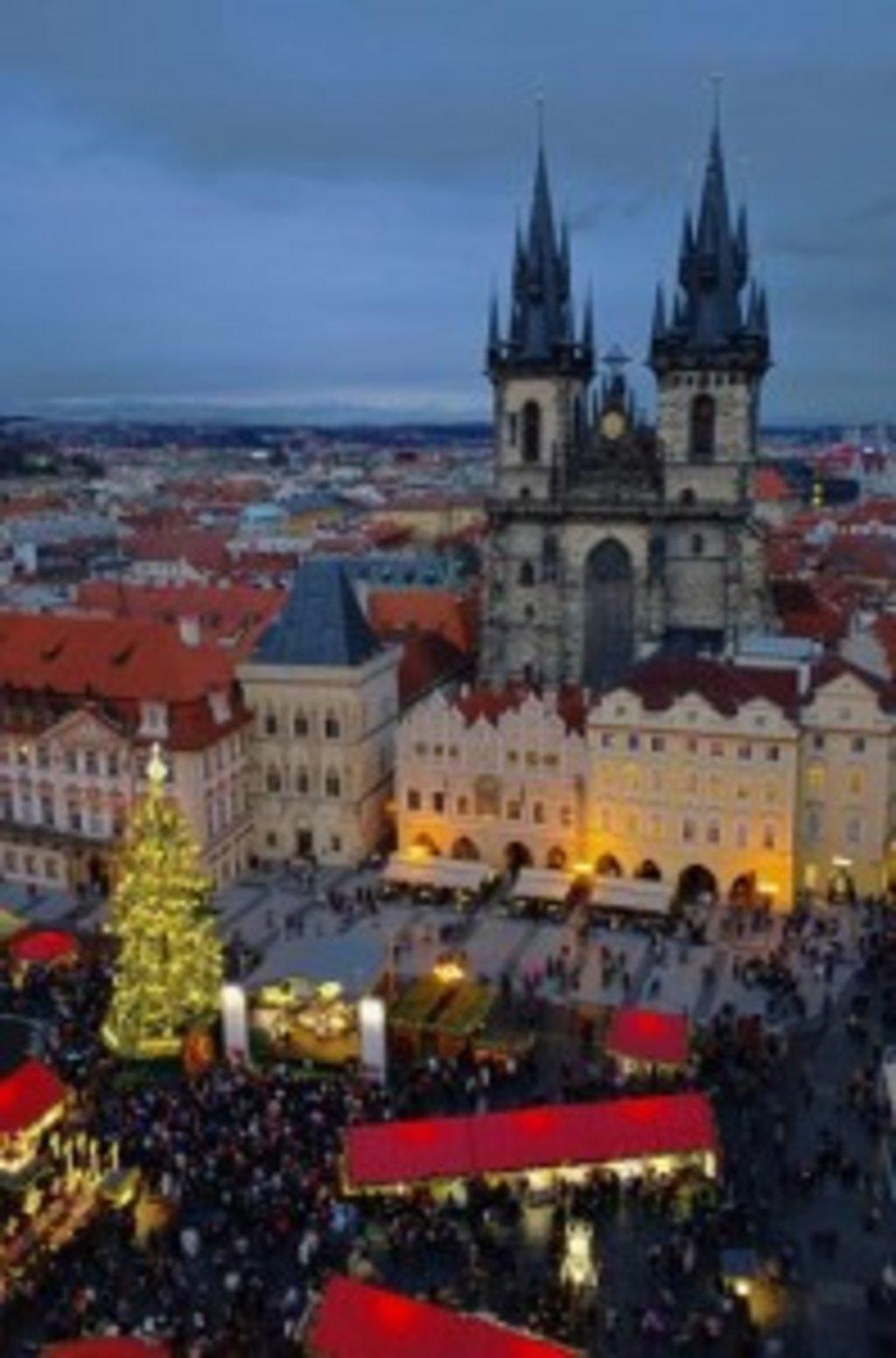 Einer der schönsten und größten Weihnachtsmärkte der Welt findet sich in Prag.
