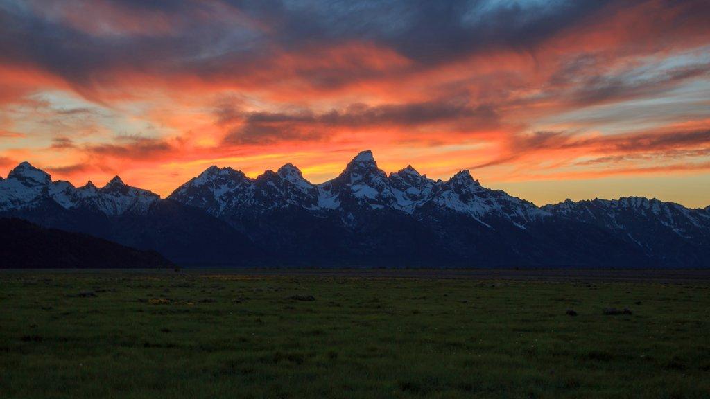 Jackson Hole Mountain Resort que incluye una puesta de sol, nieve y montañas