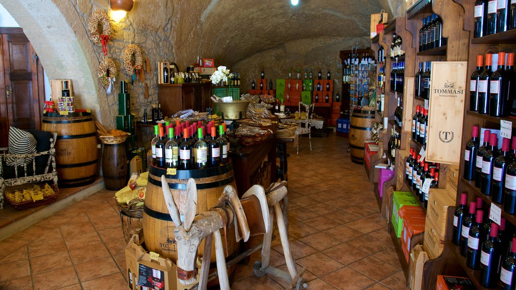 Pitigliano showing drinks or beverages
