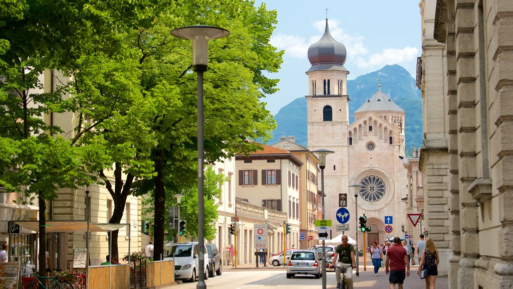 Trento showing heritage architecture and street scenes as well as a large group of people
