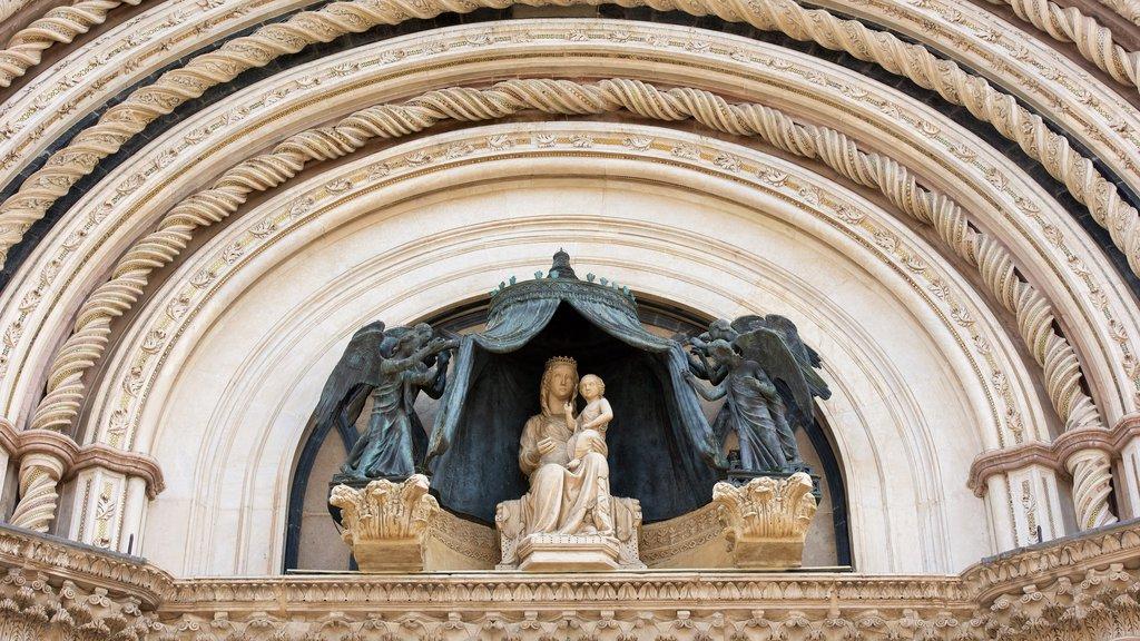 Duomo di Orvieto which includes a monument and heritage architecture
