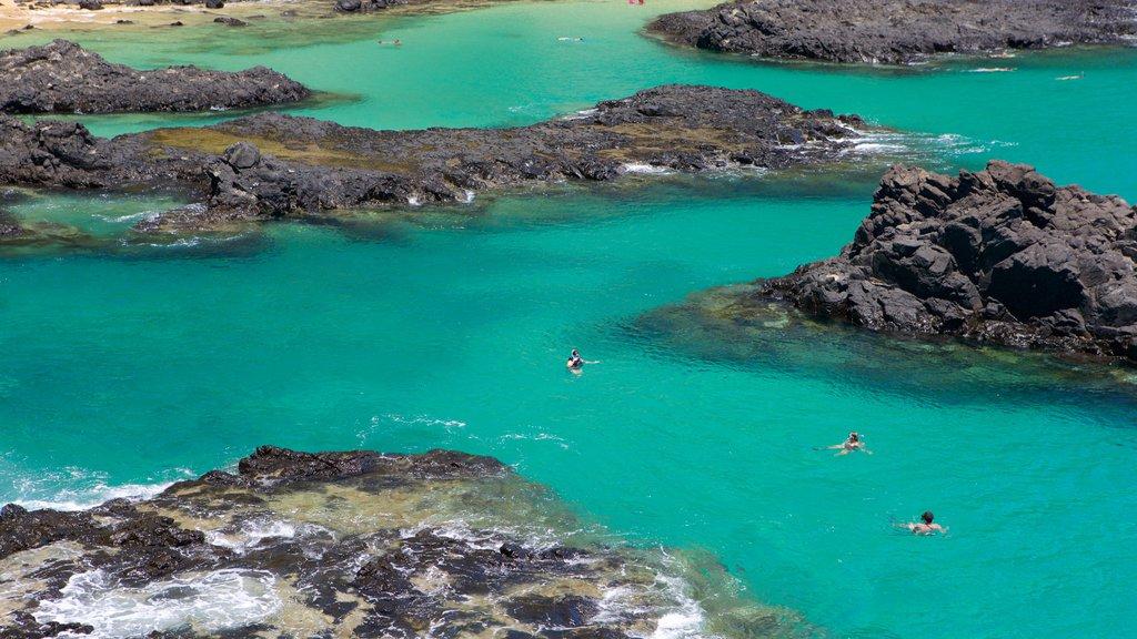 Baía dos Porcos que inclui litoral rochoso, natação e paisagens litorâneas