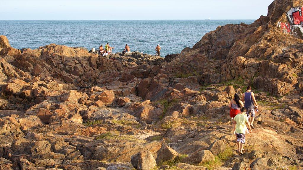 Praia do Farol da Barra mostrando paisagens litorâneas assim como um pequeno grupo de pessoas