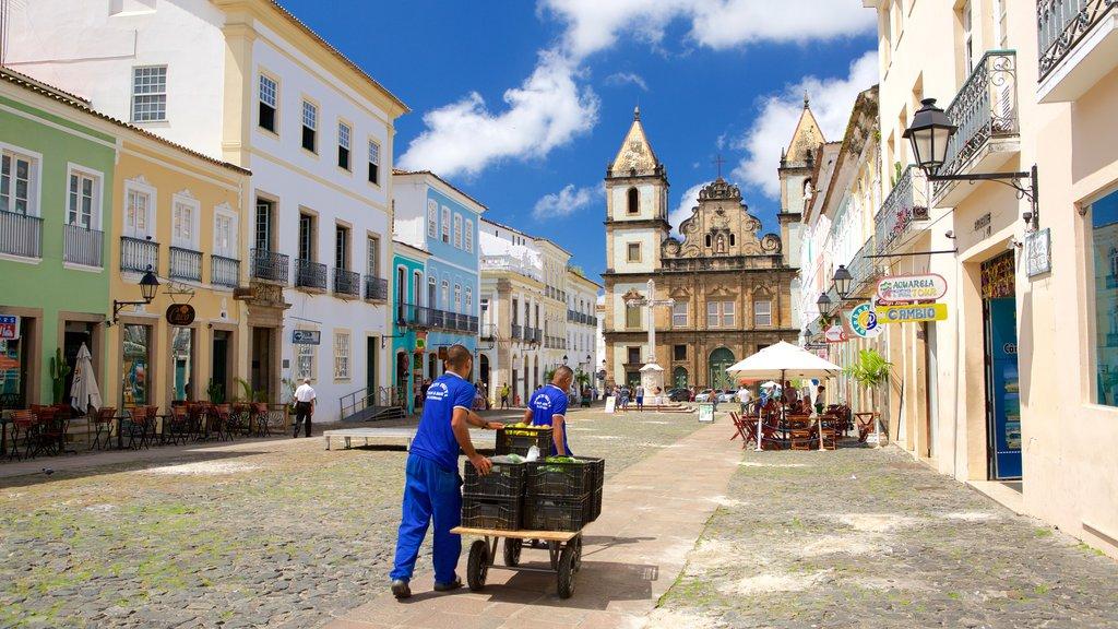 Pelourinho caracterizando uma cidade litorânea e cenas de cafeteria assim como um pequeno grupo de pessoas