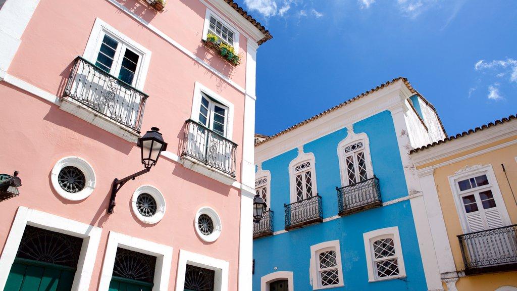 Pelourinho mostrando arquitetura de patrimônio e uma cidade litorânea