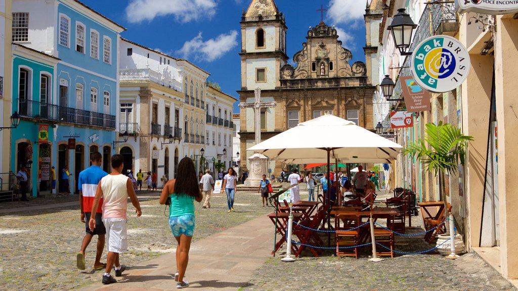 Pelourinho mostrando cenas de rua, jantar ao ar livre e uma praça ou plaza
