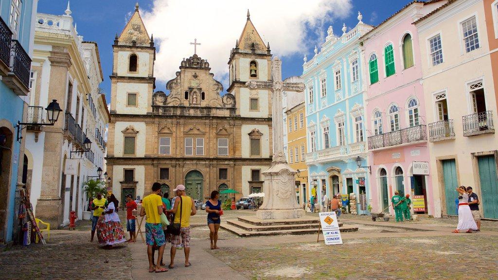 Pelourinho que inclui uma igreja ou catedral, cenas de rua e uma estátua ou escultura