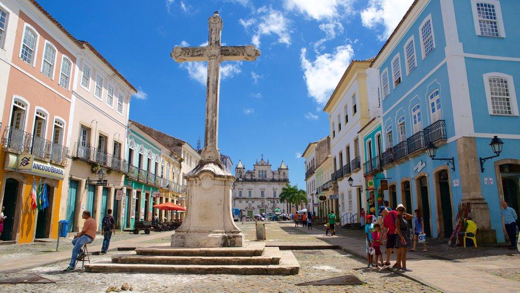Pelourinho caracterizando elementos religiosos e cenas de rua assim como um pequeno grupo de pessoas
