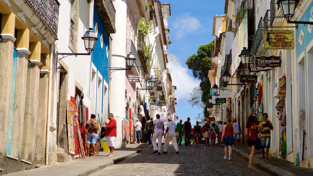 Pelourinho que inclui cenas de rua assim como um grande grupo de pessoas