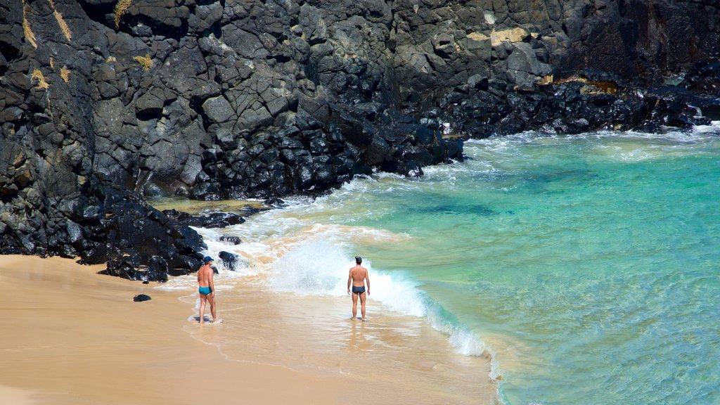 Fernando de Noronha caracterizando uma praia de areia, litoral rochoso e paisagens litorâneas
