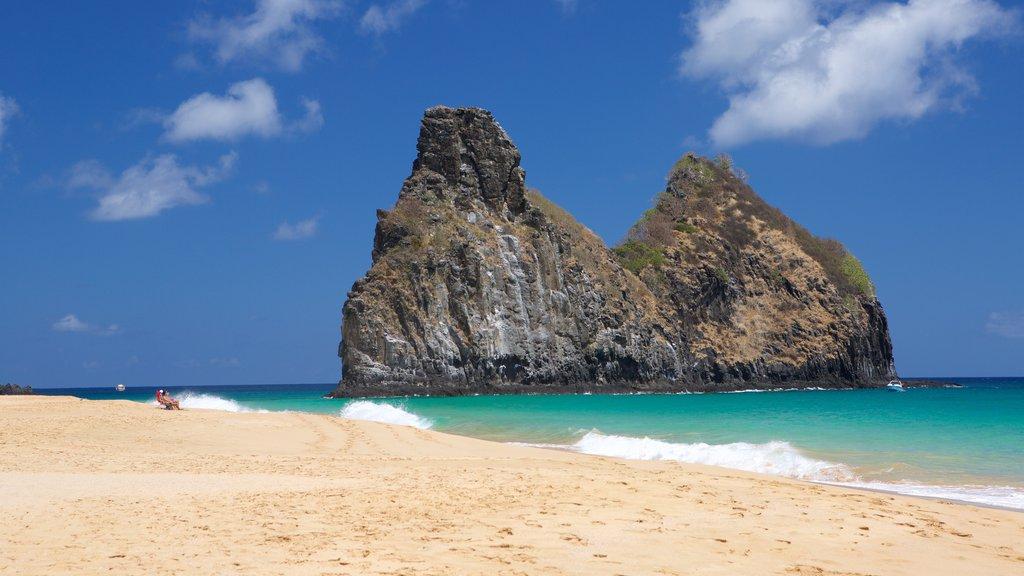 Morro Dois Irmãos caracterizando litoral rochoso, paisagens litorâneas e uma praia de areia