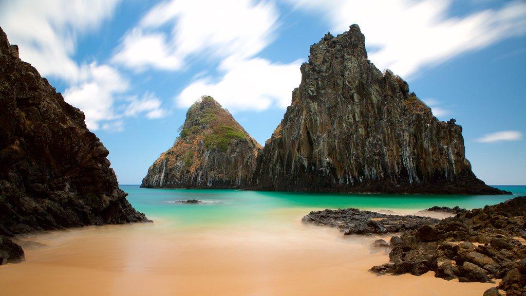 Morro Dois Irmãos que inclui paisagens litorâneas, litoral acidentado e uma praia