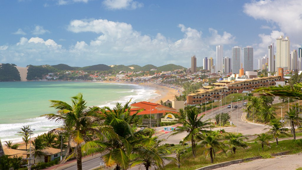 Praia de Ponta Negra que inclui linha do horizonte, paisagens litorâneas e uma cidade litorânea