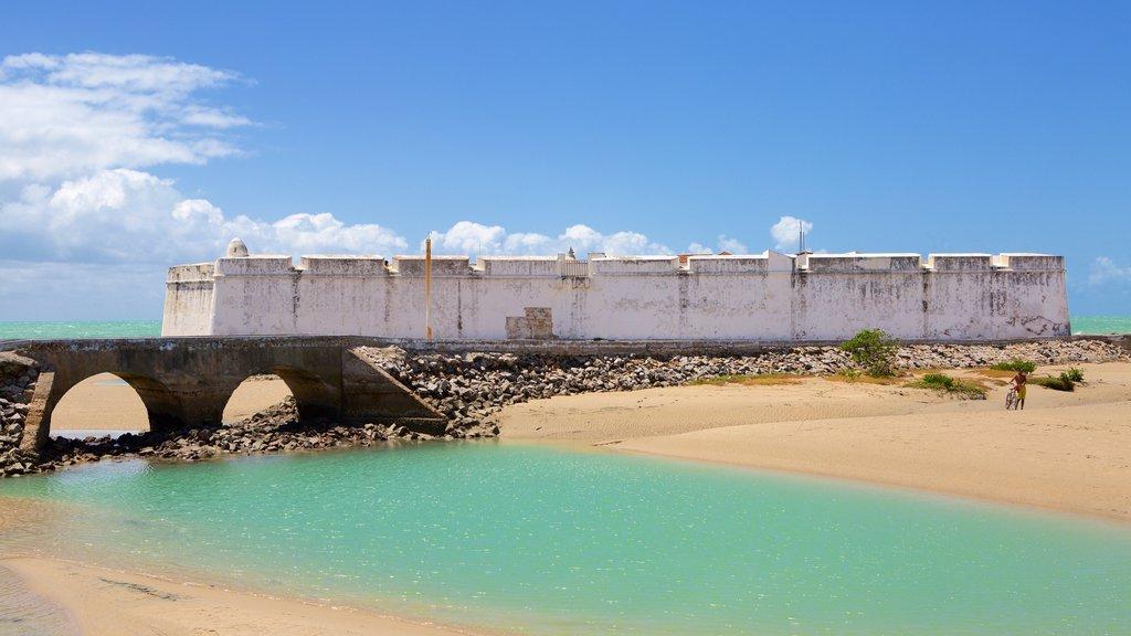 Forte dos Três Reis que inclui paisagens litorâneas, uma praia e elementos de patrimônio