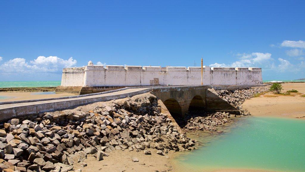 Forte dos Três Reis caracterizando paisagens litorâneas, elementos de patrimônio e uma praia