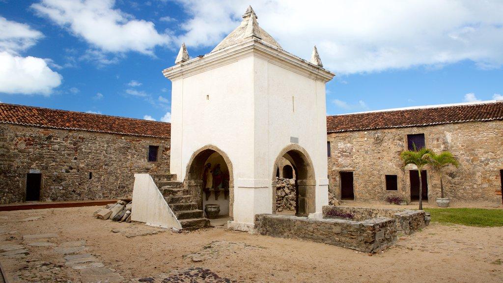 Forte dos Três Reis mostrando uma ruína e elementos de patrimônio