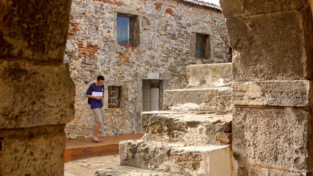 Forte dos Três Reis caracterizando uma ruína e elementos de patrimônio assim como um homem sozinho