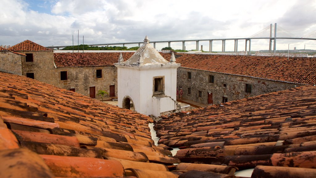 Forte dos Três Reis mostrando ruínas de edifício e elementos de patrimônio