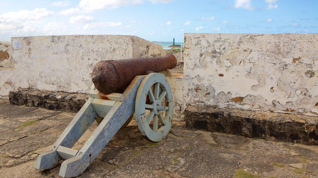 Forte dos Três Reis caracterizando ruínas de edifício, itens militares e elementos de patrimônio