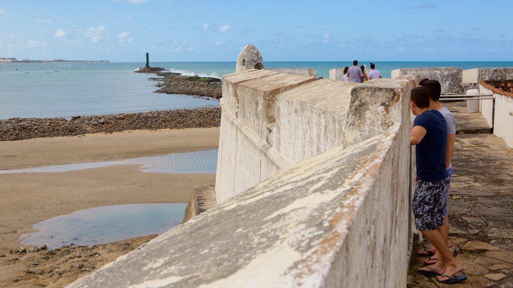 Forte dos Três Reis que inclui paisagens litorâneas, uma praia e uma ruína