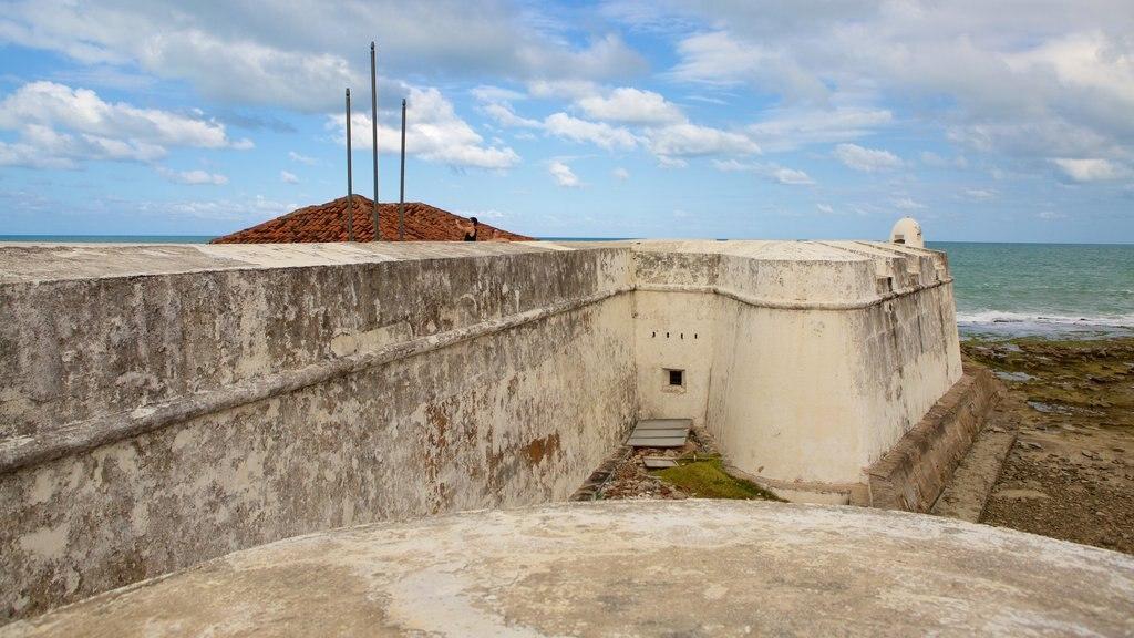 Forte dos Três Reis que inclui paisagens litorâneas, elementos de patrimônio e ruínas de edifício