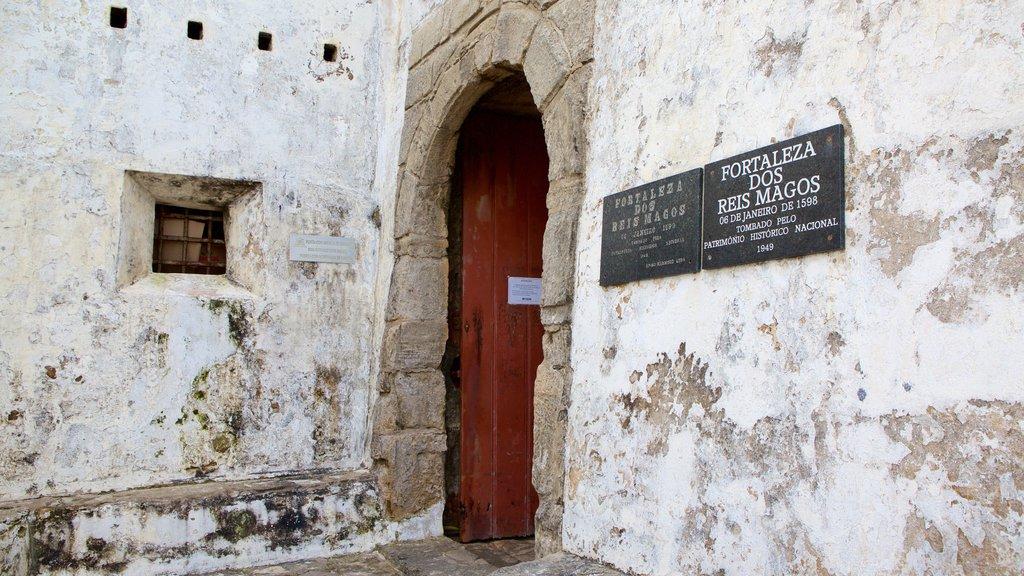 Forte dos Três Reis que inclui sinalização, ruínas de edifício e elementos de patrimônio