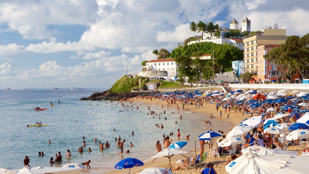 Praia do Porto da Barra caracterizando uma praia de areia, uma cidade litorânea e paisagens litorâneas