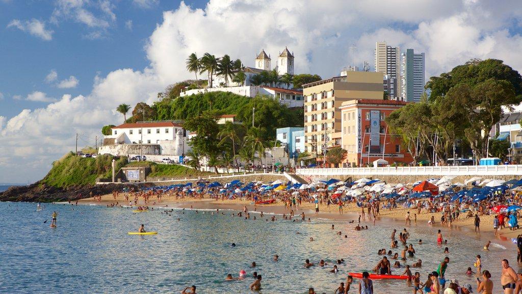 Praia do Porto da Barra mostrando paisagens litorâneas, natação e uma cidade litorânea