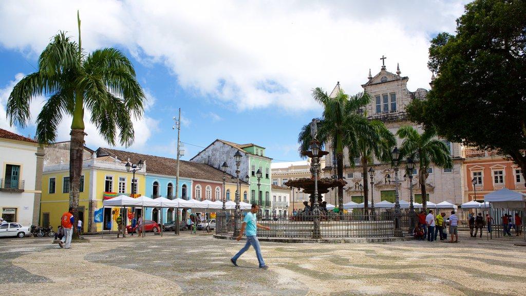 Terreiro de Jesus que inclui uma fonte, uma igreja ou catedral e uma praça ou plaza